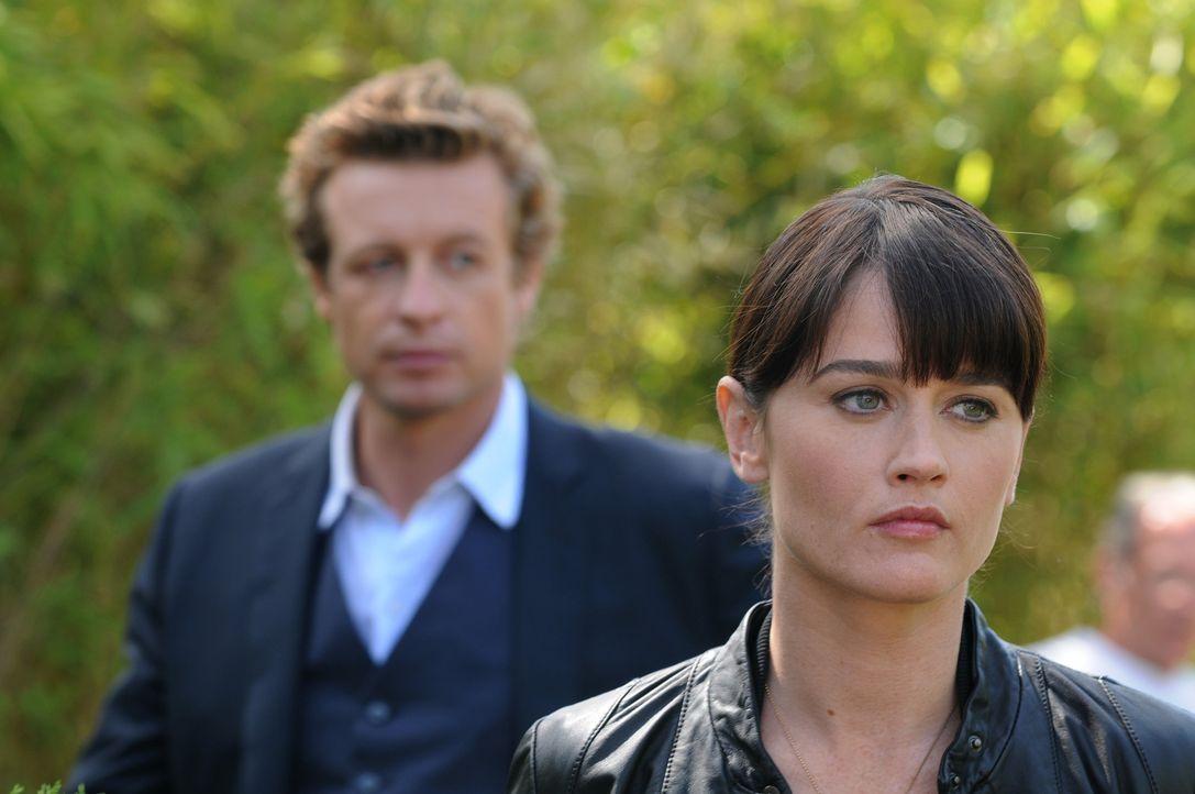 Ermitteln in einem neuen Mordfall: Teresa Lisbon (Robin Tunney, r.) und Patrick Jane (Simon Baker, l.) ... - Bildquelle: Warner Bros. Television