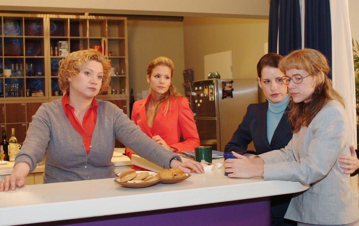 Lisa (Alexandra Neldel, r.) erfährt von Agnes (Susanne Szell, l.) und Inka (Stefanie Höner, 2.v.r.), dass ihre Vorgängerinnen gehen mussten, weil si... - Bildquelle: Monika Schürle Sat.1