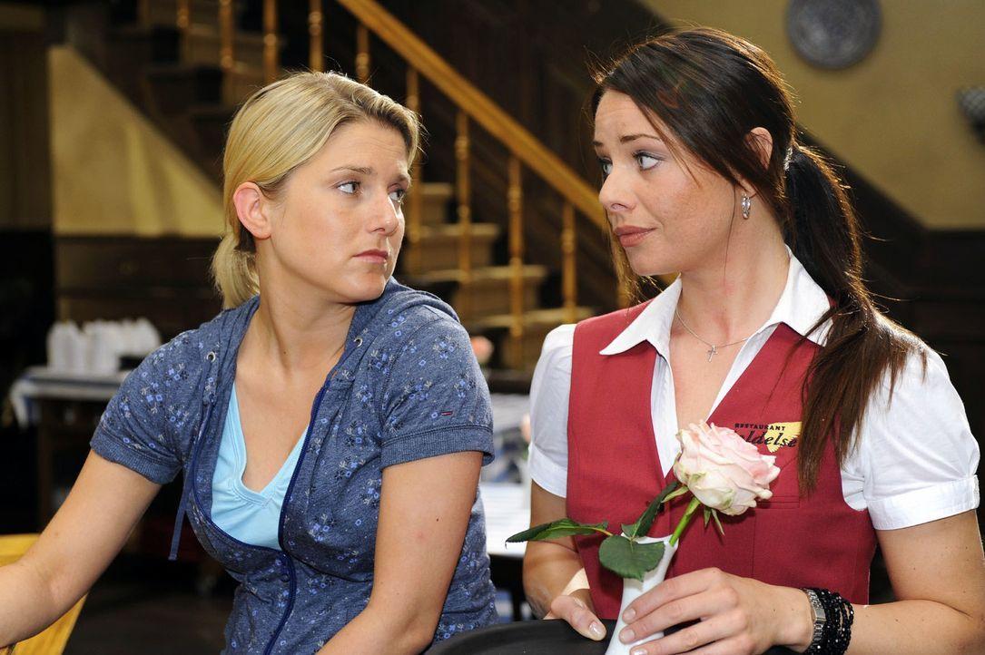 Anna (Jeanette Biedermann, l.) erzählt Paloma (Maja Maneiro, l.) von ihrem Problem mit Vanessa und fragt sie um Rat. - Bildquelle: Oliver Ziebe Sat.1