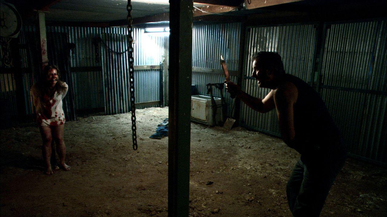 Kristy (Kestie Morassi, l.) ist Mick (John Jarratt, r.) wehrlos ausgeliefert ... - Bildquelle: Kinowelt