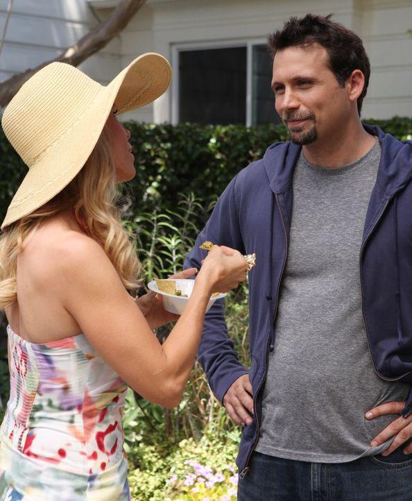 Die kokette Nachbarin und Alpha-Mom Dallas (Cheryl Hines, l.) hilft George (Jeremy Sisto, r.) und Tessa, ein wenig Gefallen an ihrem neuen Zuhause z... - Bildquelle: Warner Bros. Television
