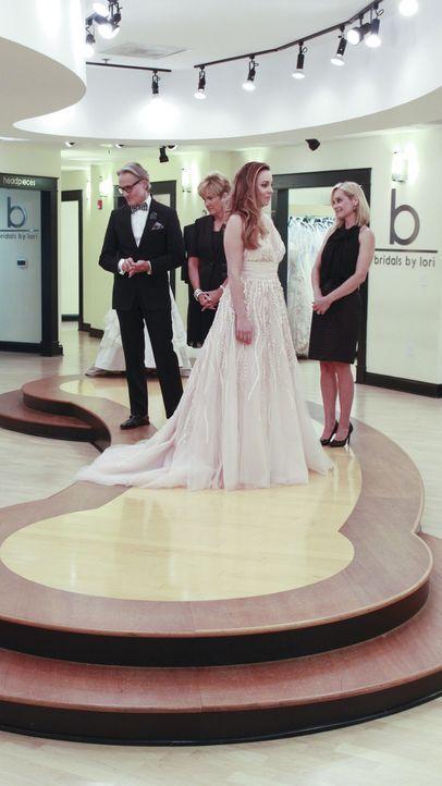 Finden Monte (l.), Lori (2.v.l.) und Flo (r.) das perfekte Kleid für Jessica (2.v.r.) und ihre Strandhochzeit? - Bildquelle: TLC & Discovery Communications