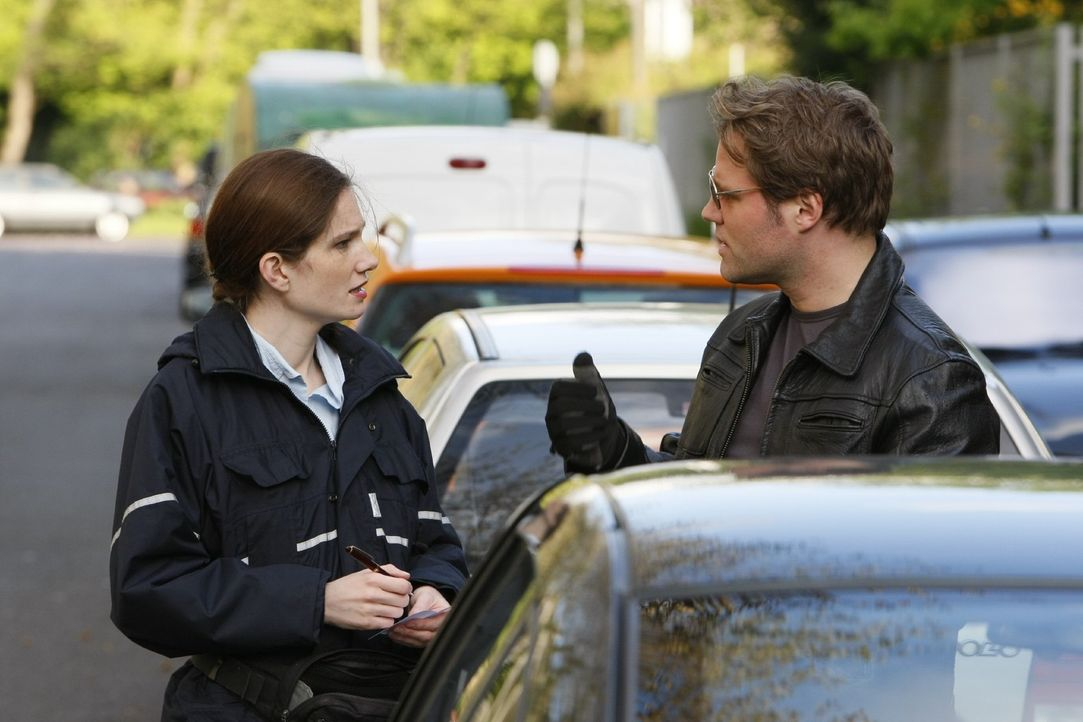 Ärgerlich, wenn man zu seinem geparkten Auto kommt und einem gerade eine Politesse einen Strafzettel verpasst. Häufig nützt da auch kein freundli... - Bildquelle: Sat.1