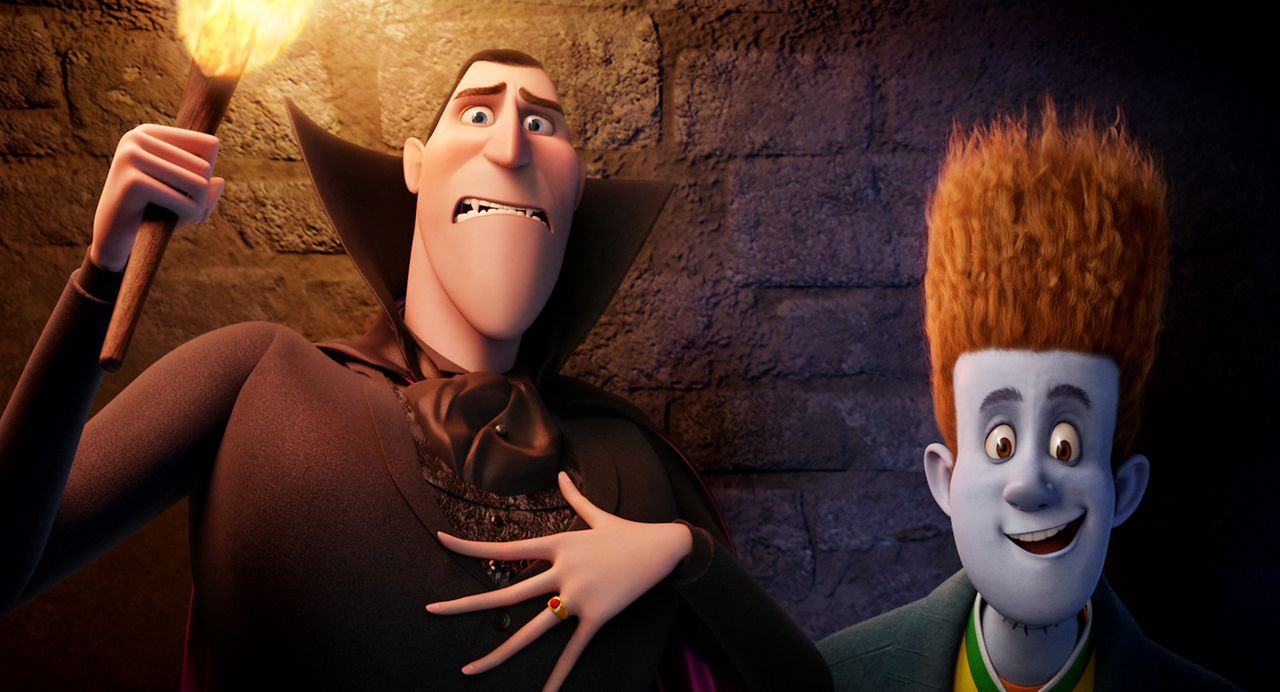 Graf Dracula (l.) ist nicht begeistert: Ausgerechnet an Johnny (r.), einen Menschen, hat seine über alles geliebte Tochter Mavis ihr Herz verloren,... - Bildquelle: 2012 Sony Pictures Animation Inc. All Rights Reserved.