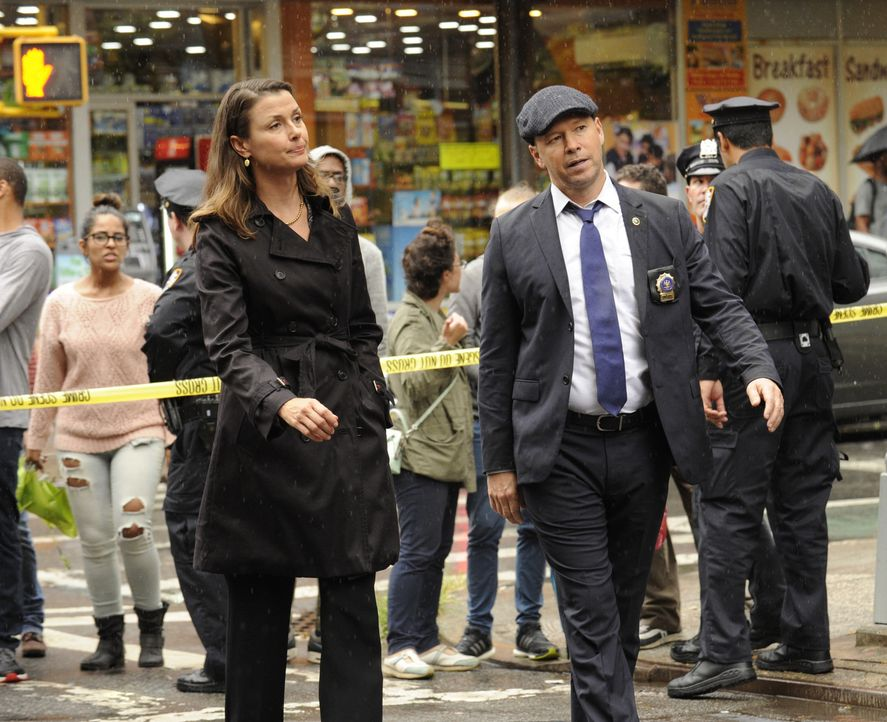 Verfolgen das gleiche Ziel: Anwältin Erin (Bridget Moynahan, l.) und Bruder Danny (Donnie Wahlberg, r.) versuchen den Killer einer wichtigen Zeugin... - Bildquelle: Jeffrey Neira 2016 CBS Broadcasting Inc. All Rights Reserved