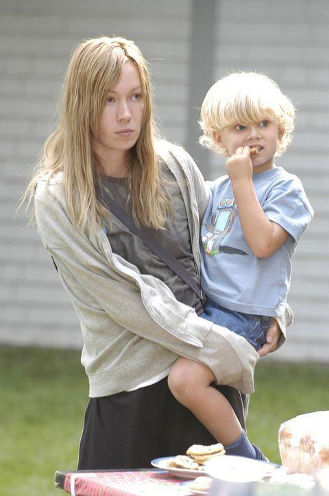 Die naive Nadine Devereaux (Kathleen Wilhoite, l.) ahnt nicht, dass sie und ihre Tochter Marie (Deanna Milligan, r.) für ihren Unterschlupf einen h... - Bildquelle: 2004 Sony Pictures Television Inc. All Rights Reserved.