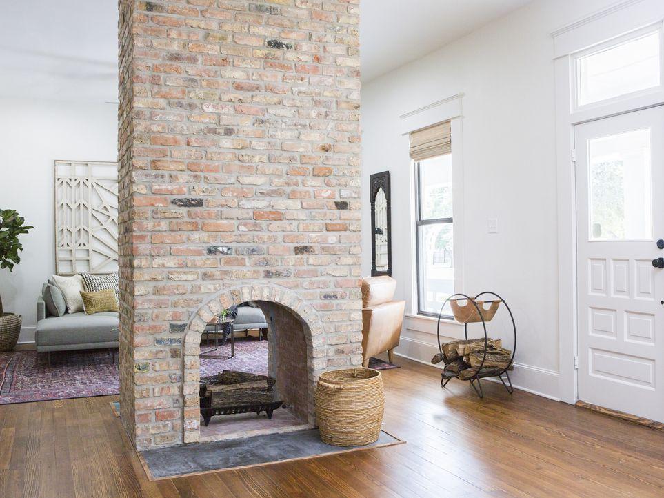 Ursprünglich plante Joanna, den Raum noch durch Flügeltüren zur Küche zu trennen, doch als während des Umbaus die Wände fallen, kommt der Kamin erst... - Bildquelle: 2017, Scripps Networks, LLC. All Rights Reserved.