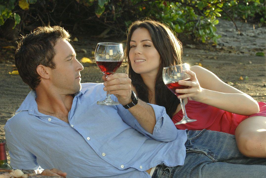 Sind glücklich miteinander: Steve (Alex O'Loughlin, l.) und Catherine Rollins (Michelle Borth, r.) ... - Bildquelle: TM &   2010 CBS Studios Inc. All Rights Reserved.