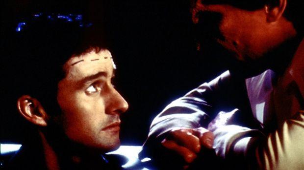 Doyle (Glenn Quinn, l.) kann es nicht fassen, dass der Dämon Richard (Carlos...