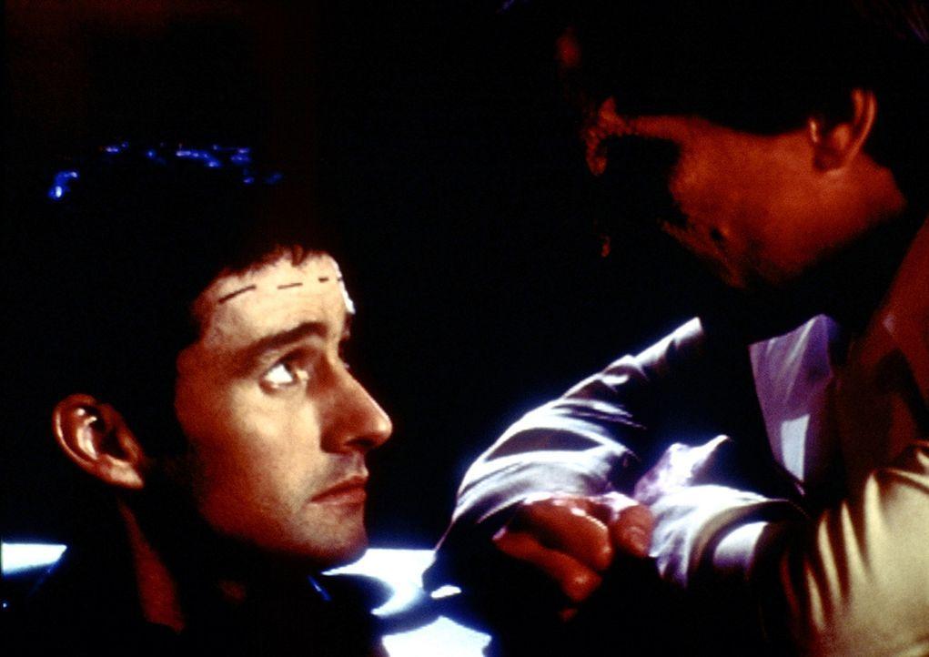 Doyle (Glenn Quinn, l.) kann es nicht fassen, dass der Dämon Richard (Carlos Jacott, r.) tatsächlich sein Gehirn verspeisen möchte. - Bildquelle: TM +   2000 Twentieth Century Fox Film Corporation. All Rights Reserved.