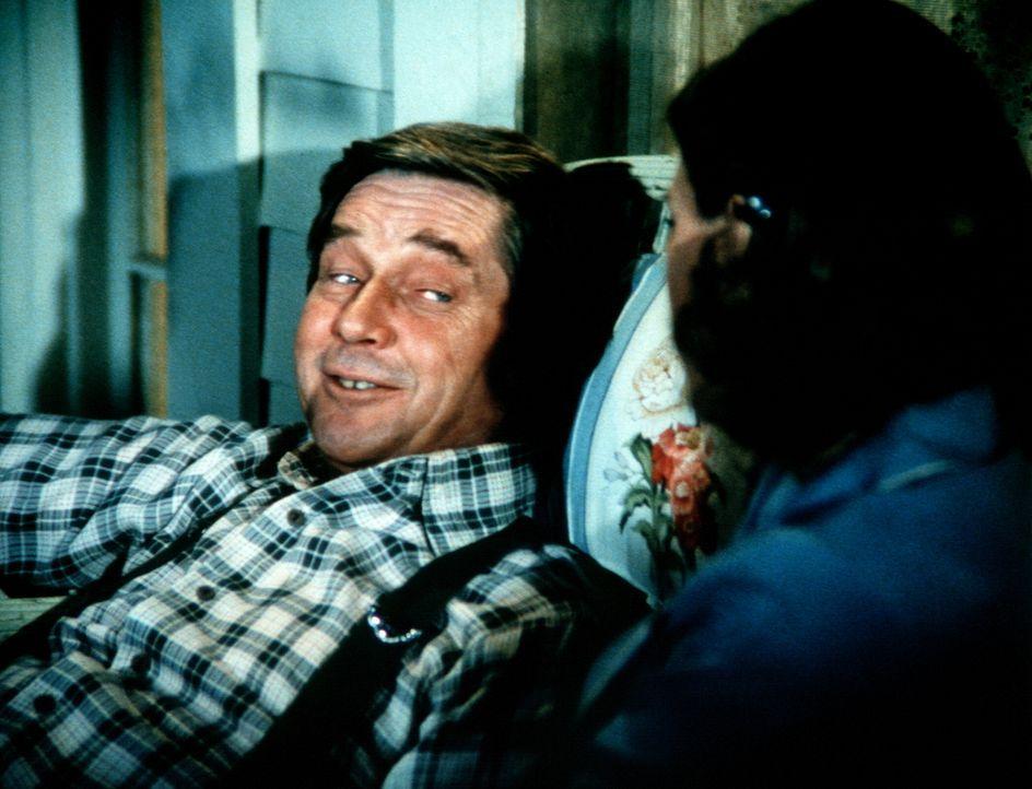 """Völlig frustriert stürzt sich John (Ralph Waite, l.) ins """"wilde Leben"""" ... - Bildquelle: WARNER BROS. INTERNATIONAL TELEVISION"""
