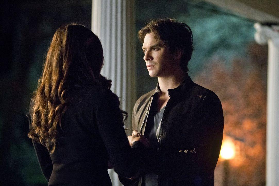 Die nächste Entscheidung, die Elena (Nina Dobrev, l.) und Damon (Ian Somerhalder, r.) treffen, könnte alles für immer verändern ... - Bildquelle: Warner Bros. Entertainment, Inc