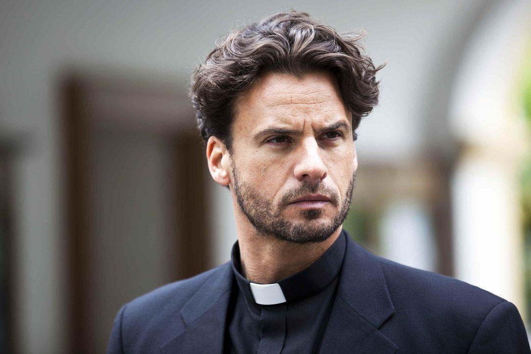 Eines Tages muss der aus Ecuador stammende Internet-Priester Gabriel (Stephan Luca) seine Klause verlassen, um in einer kleinen Gemeinde im Allgäu... - Bildquelle: SAT.1