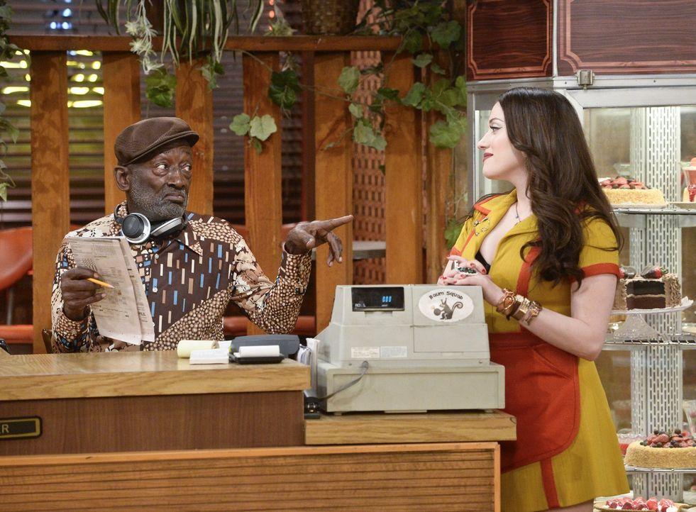 Als Max (Kat Dennings, r.) mit Earl (Garrett Morris, r.) vergnügt Kreuzworträtsel löst, ahnt sie noch nicht, dass sie bald Besuch von einem alten Be... - Bildquelle: 2016 Warner Brothers