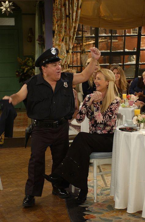 Obwohl Roy (Danny DeVito, l.) eine absolute Enttäuschung als Stripper ist, hat Phoebe (Lisa Kudrow, r.) noch einen Wunsch an ihn ... - Bildquelle: 2003 Warner Brothers International Television
