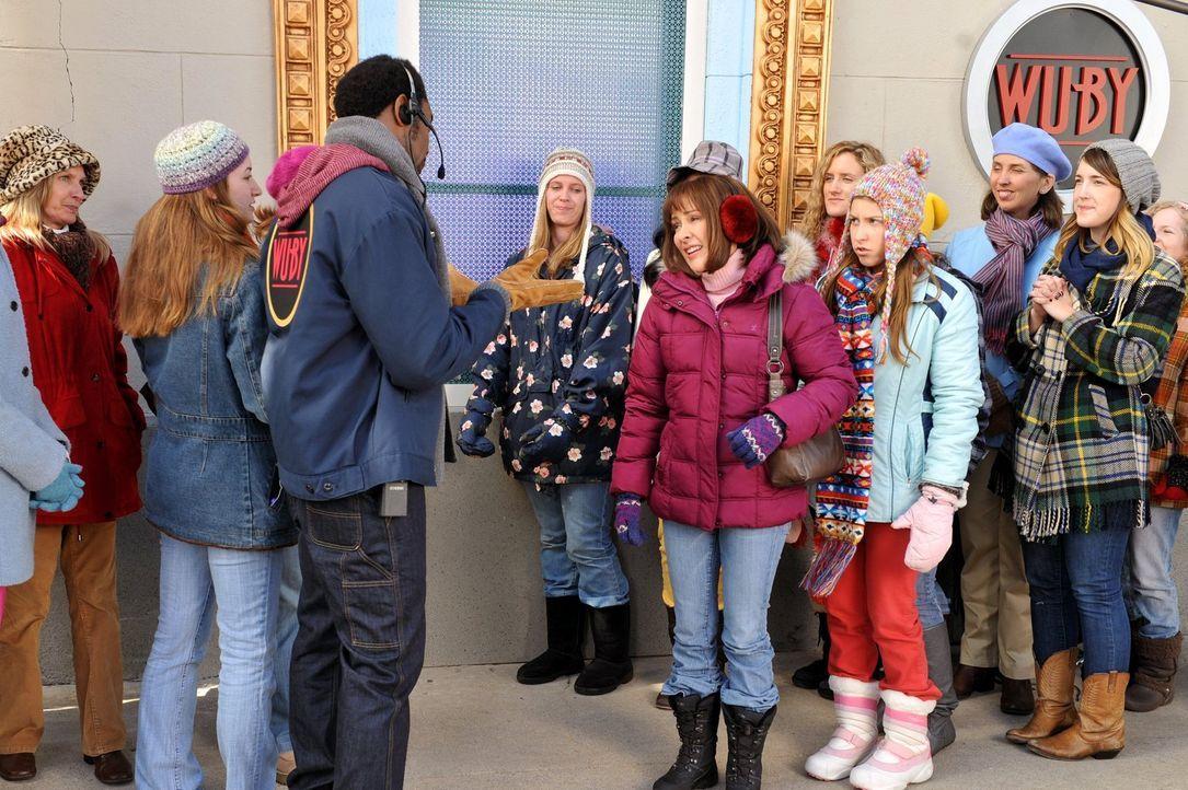 Weil Sue (Eden Sher, 3.v.r.) unbedingt zu einem Justin Bieber-Konzert gehen will, tut Frankie (Patricia Heaton, 4.v.r.) alles, um an Karten zu komme... - Bildquelle: Warner Brothers