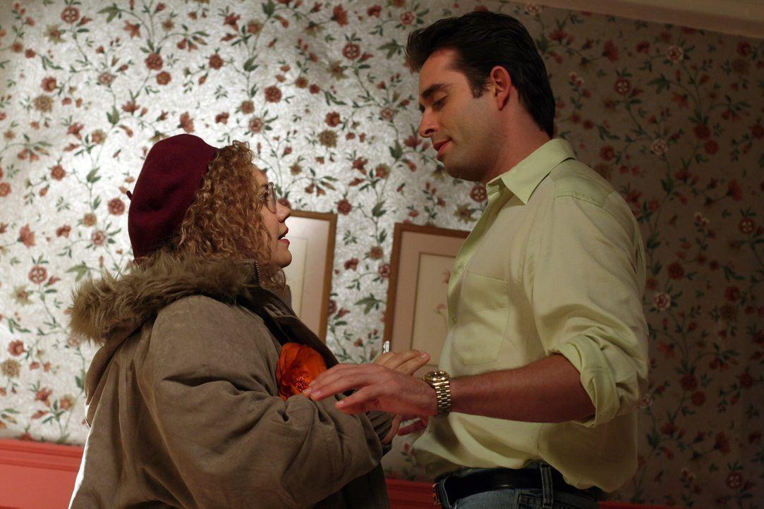 Einsame Herzen: Ramon Delgado (Bruno Campos, r.) und Martha Puck (Emily Nelson, l.) ... - Bildquelle: Warner Bros. Television