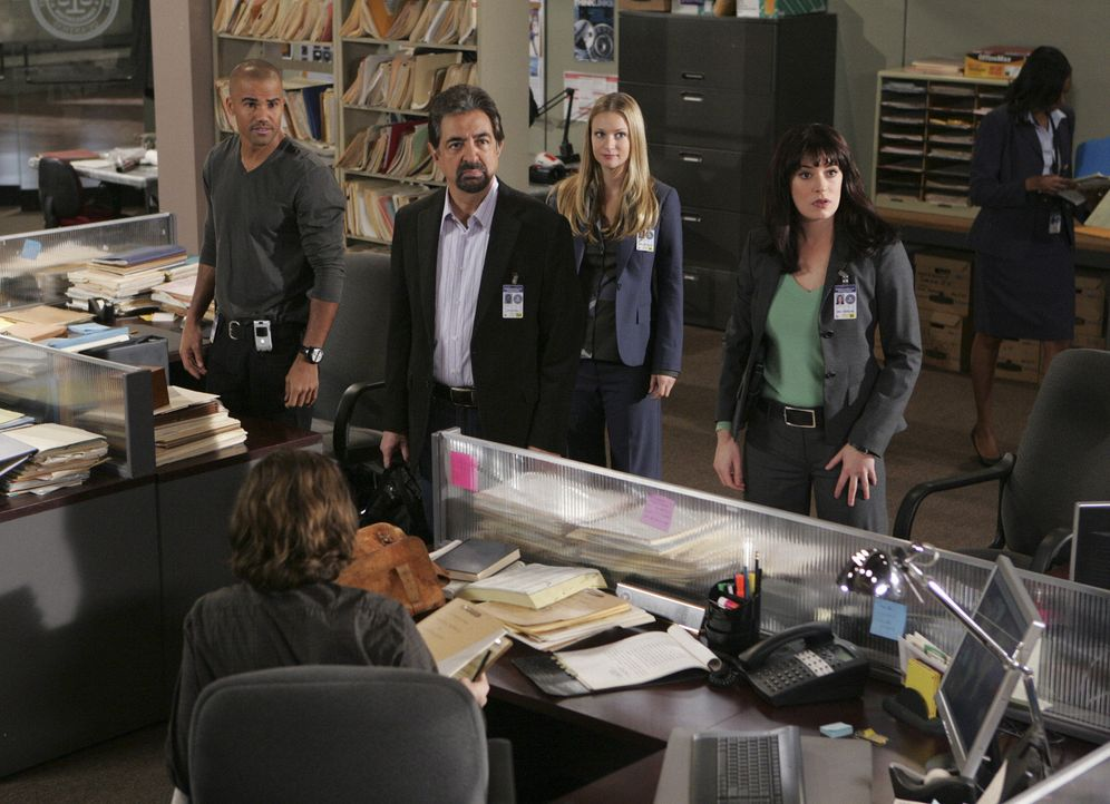 Während Reid (Matthew Gray Gubler, vorne) und Hotch in Connecticut einen Serienmörder vor der Hinrichtung aufsuchen, machen sich Derek (Shemar Moo... - Bildquelle: Touchstone Television