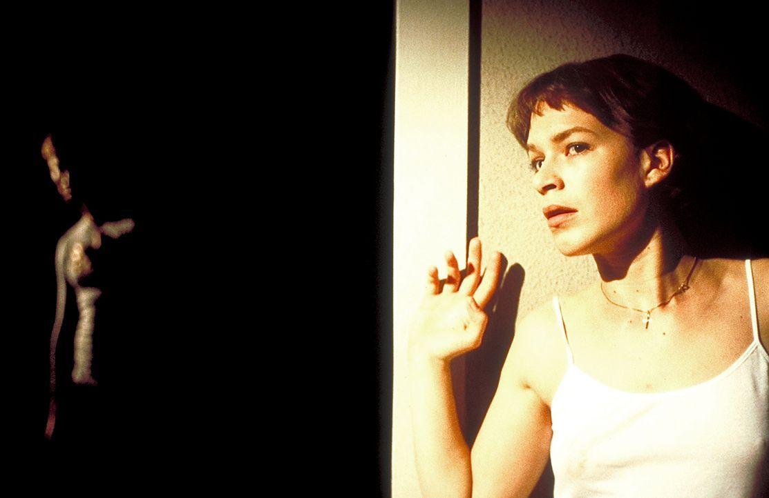 Obwohl sie gewarnt wurde, kann Paula (Franka Potente) ihre Neugierde nicht bezähmen. Sie will unbedingt wissen, was es mit dem plötzlichen Todes ihr... - Bildquelle: Columbia Pictures