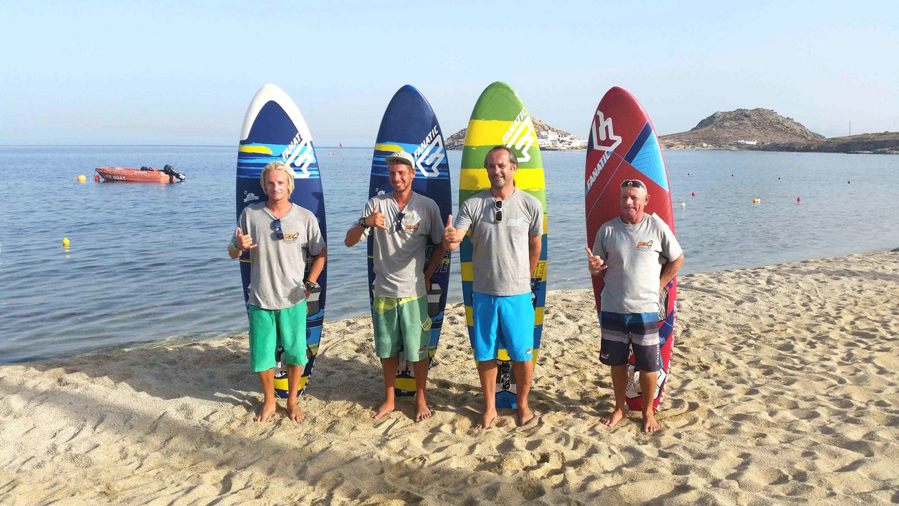 Die beiden Auswanderer Fabian Dorn (l.) und Stefan Morandell (2.v.r.) haben sich ihren Traum erfüllt: Sie arbeiten als Surflehrer auf Mykonos ... - Bildquelle: kabel eins