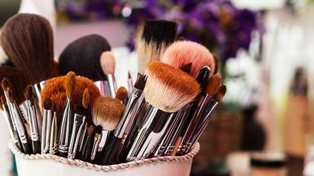 Make-up-Pinsel in unterschiedlichen Größen und Formen stecken in einem Behälter