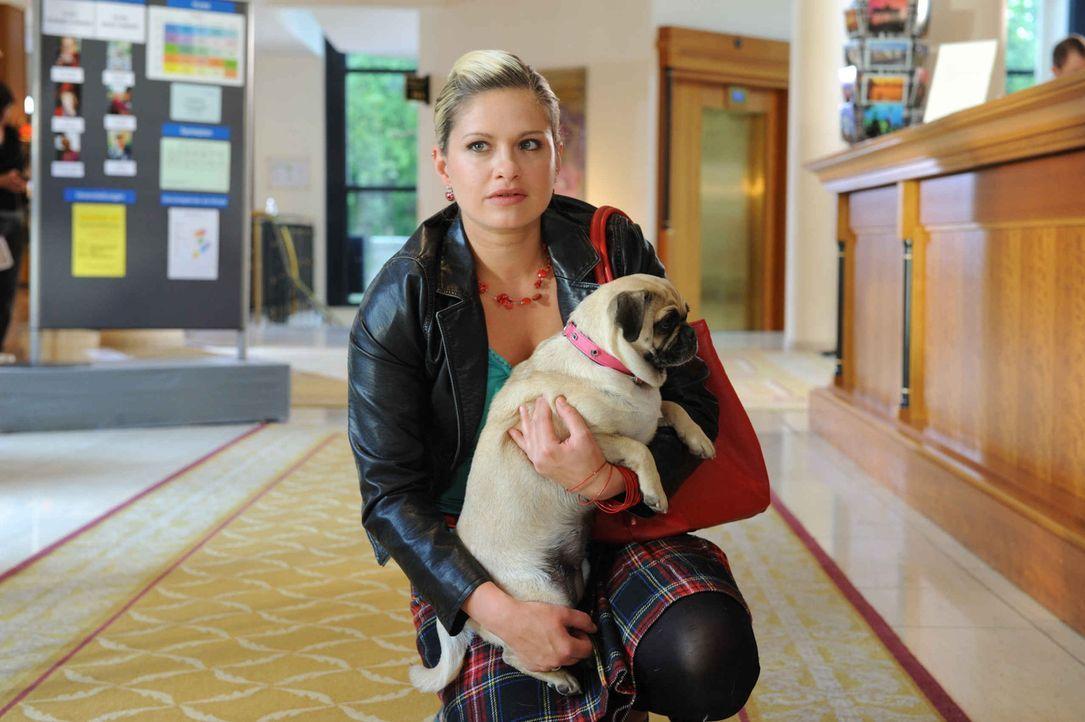 Mia (Josephine Schmidt) glaubt Ernas Vertrauen gewinnen zu können ... - Bildquelle: SAT.1