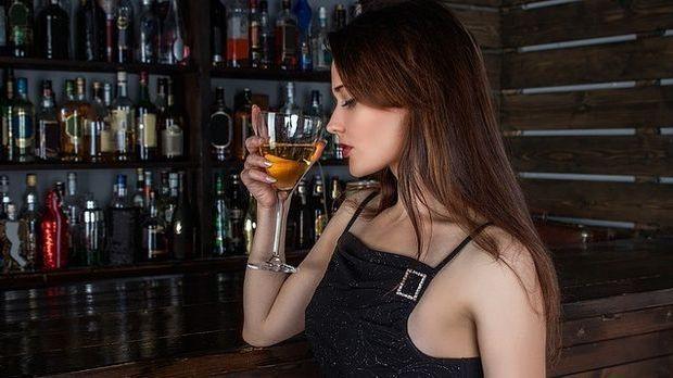 junge-Frau-Bar