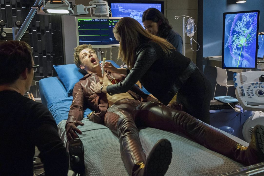 Barry (Grant Gustin, 2.v.l.) arbeitet mit Harison (Tom Cavanagh, l.), Cisco (Carlos Valdes, r.) und Caitlin (Danielle Panabaker, 2.v.r.), dem Team v... - Bildquelle: Warner Brothers.