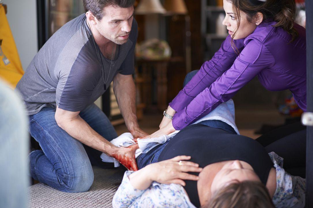Können Joel (Daniel Gillies, l.) und Alex (Erica Durance, r.) mehrere Verletzte alleine mit den Mitteln retten, die sie in der Einöde finden? - Bildquelle: 2013  Hope Zee Two Inc.