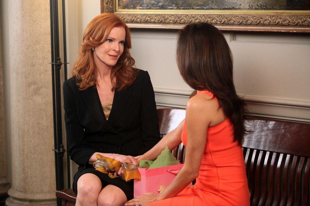 Eine schwere Zeit erwartet Bree (Marcia Cross, l.) und Gabrielle (Eva Longoria, r.) ... - Bildquelle: ABC Studios