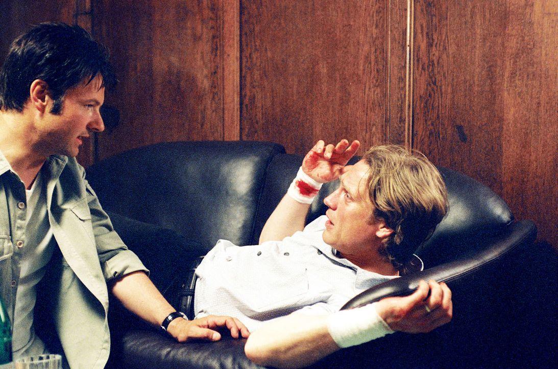 Nach einem Selbstmordversuch wird Jürgen (Pierre Besson, r.) von seinem Nachbarn Michael (Klaus Schreiber, l.) verletzt aufgefunden. - Bildquelle: Baus Sat.1