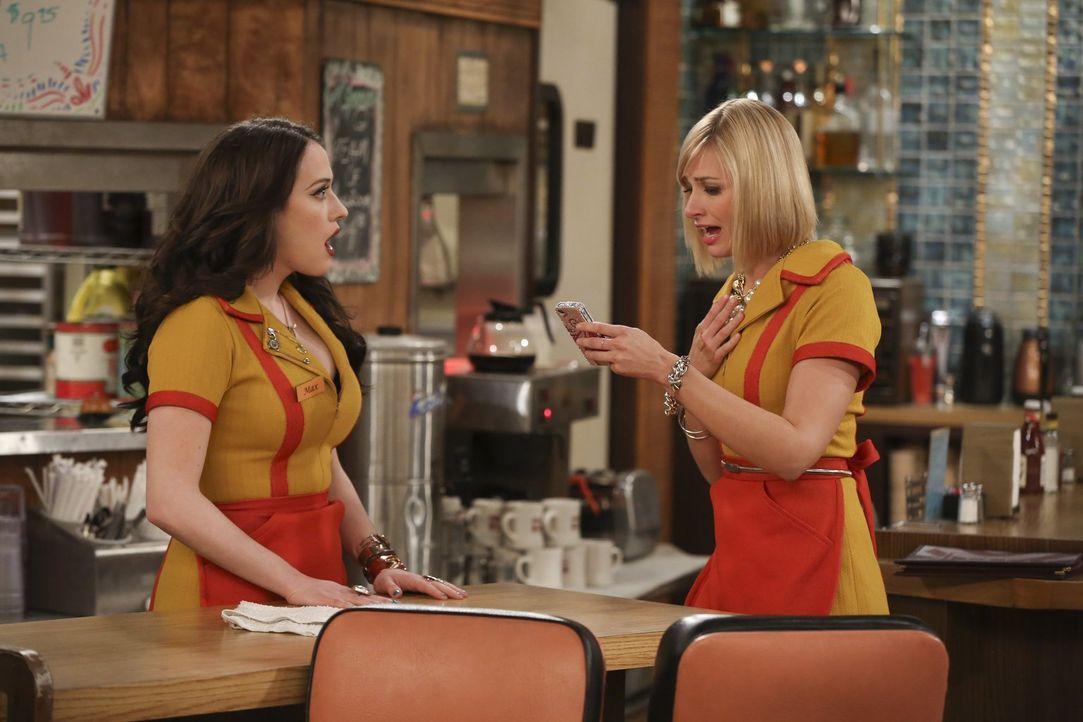 Können manchmal nicht fassen, dass auch sie mal Glück haben können: Caroline (Beth Behrs, r.) und Max (Kat Dennings, l.) ... - Bildquelle: Warner Bros. Television
