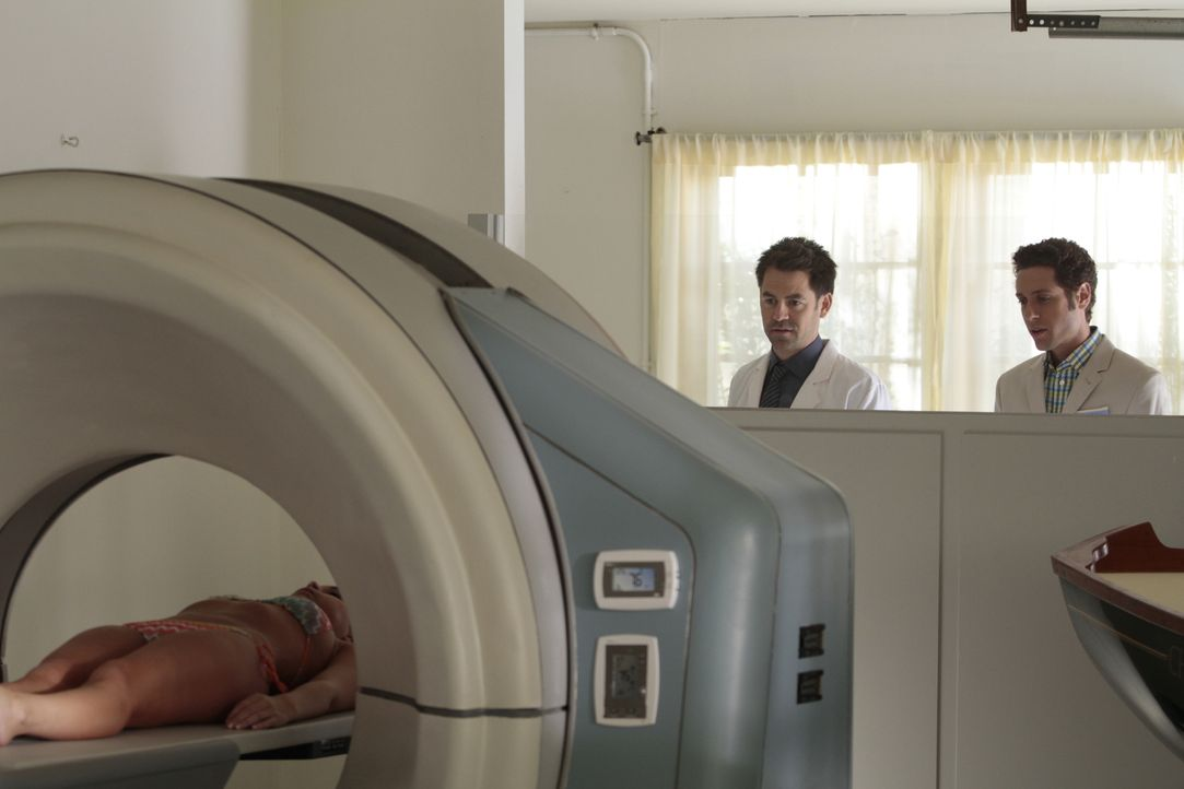 (v.l.n.r.) Dr. Paul Van Dyke (Kyle Howard); Evan Lawson (Paulo Costanzo) - Bildquelle: Giovanni Rufino 2012 USA Network Media, LLC/Giovanni Rufino