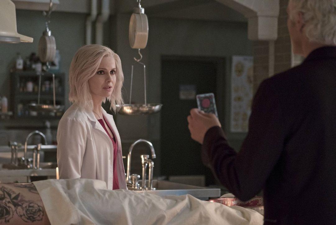 Während sich Liv (Rose McIver) mit den Wirkungen des Hirns eines Illusionisten herumärgern muss, ist sich Ravi plötzlich nicht mehr sicher, ob er wi... - Bildquelle: 2014 Warner Brothers