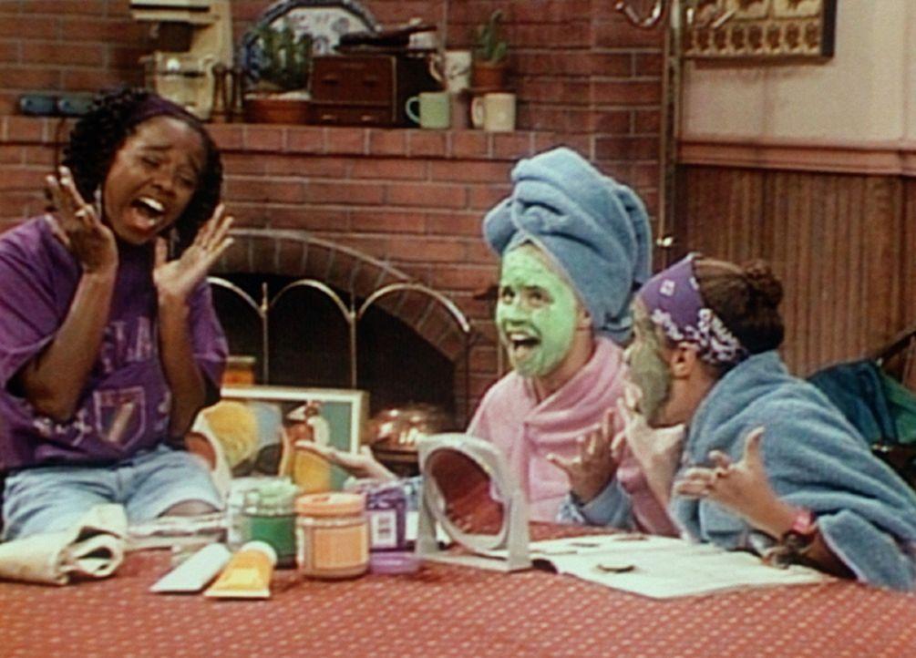 Rudy (Keshia Knight Pulliam, l.), Danielle (Nicole Leach, r.) und Susan (Rachel Hillman, M.) widmen sich der Schönheitspflege. - Bildquelle: Viacom