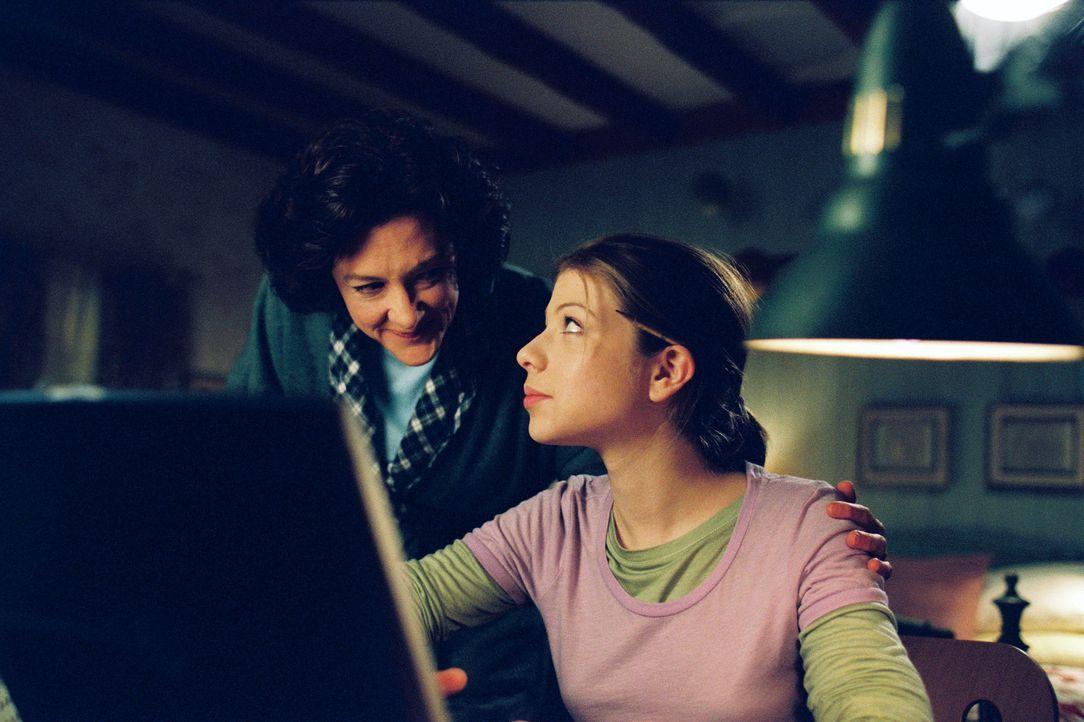 Casey Carlyle (Michelle Trachtenberg, r.), ein unsicherer Teenager, hat nur einen Traum: Sie will Eistänzerin werden. Doch davon will ihre starrkö... - Bildquelle: 2005 Disney Enterprises, Inc.