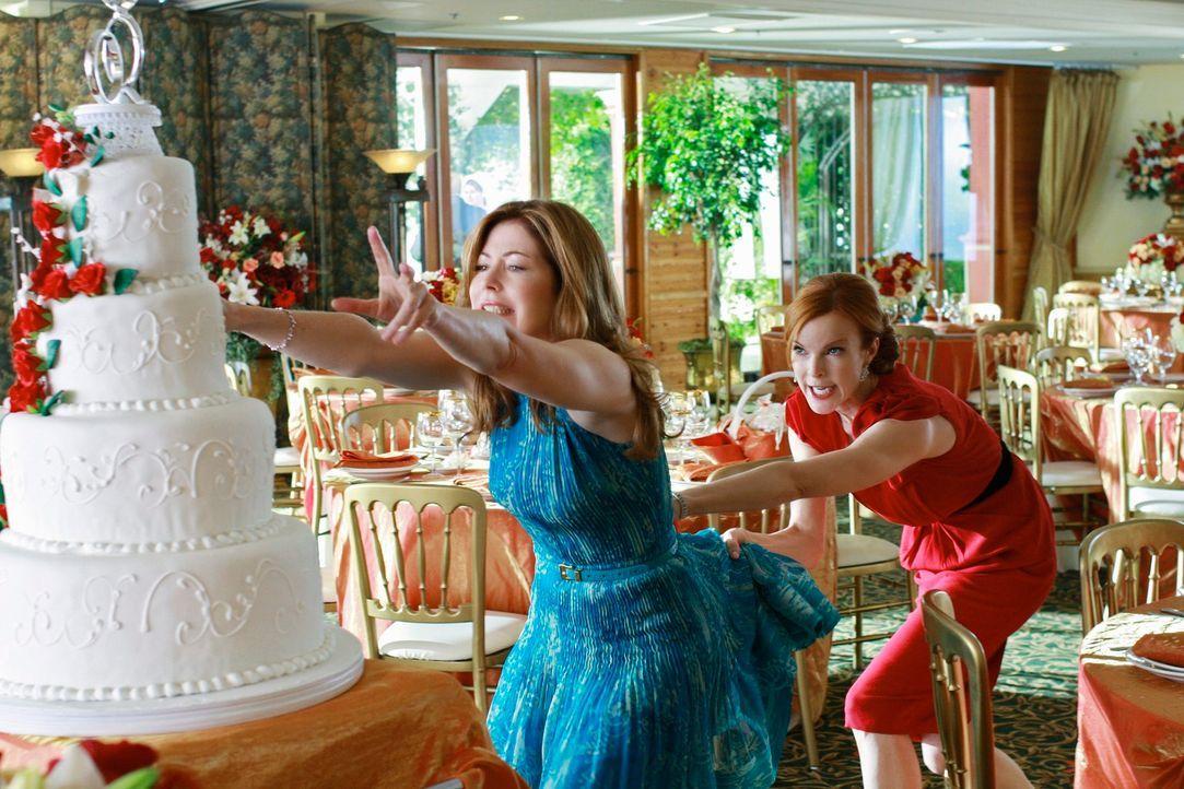 Katherine (Dana Delany, l.) sieht die Hochzeitstorte, die Bree (Marcia Cross, r.) für eine Hochzeit hat anfertigen lassen, und ist geschockt darüber... - Bildquelle: ABC Studios