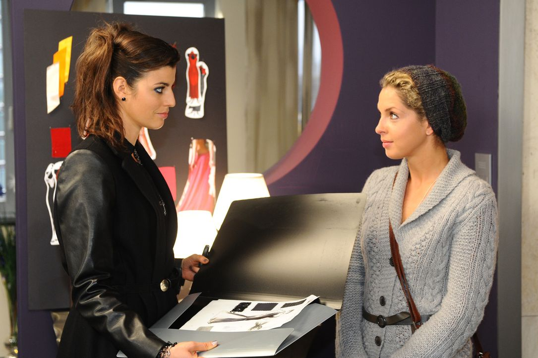 Nina (Maria Wedig, r.) lässt sich tatsächlich von Carla (Sarah Mühlhause, l.) überreden, weitere Entwürfe für das Oscar-Kleid zu zeichnen. Doc... - Bildquelle: SAT.1