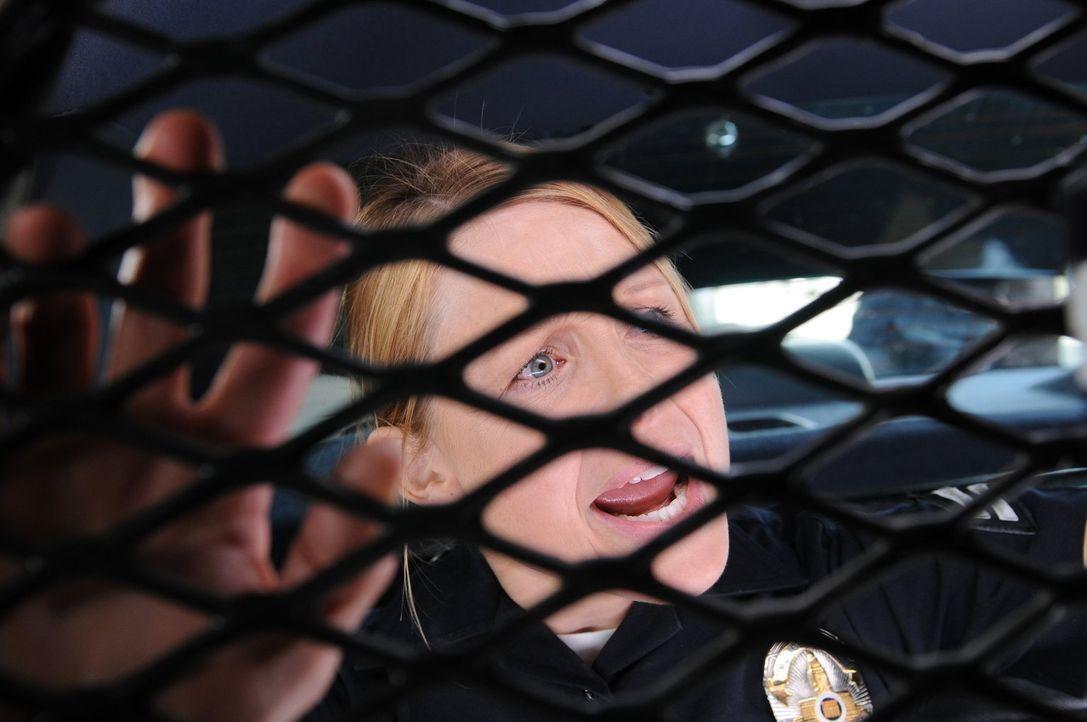 Als Officer Chickie Brown (Arija Bareikis) ihren Kollegen auf dessen offensichtliches Alkoholproblem anspricht, rastet der völlig aus ... - Bildquelle: Warner Brothers