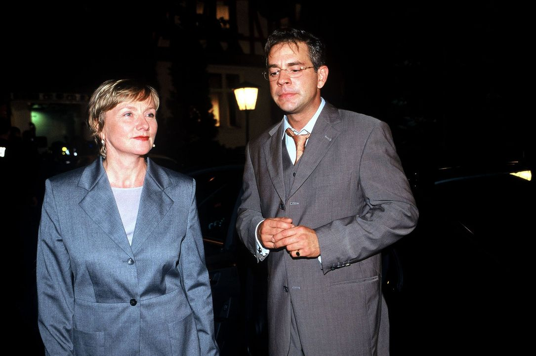 Dr. Elke Kilian (Ruth Reinecke, l.) unterstützt zunächst die ehrgeizigen Pläne von Staatssekretär Marker (Florian Fitz, r.) - Bildquelle: Wolfgang Jahnke Sat.1