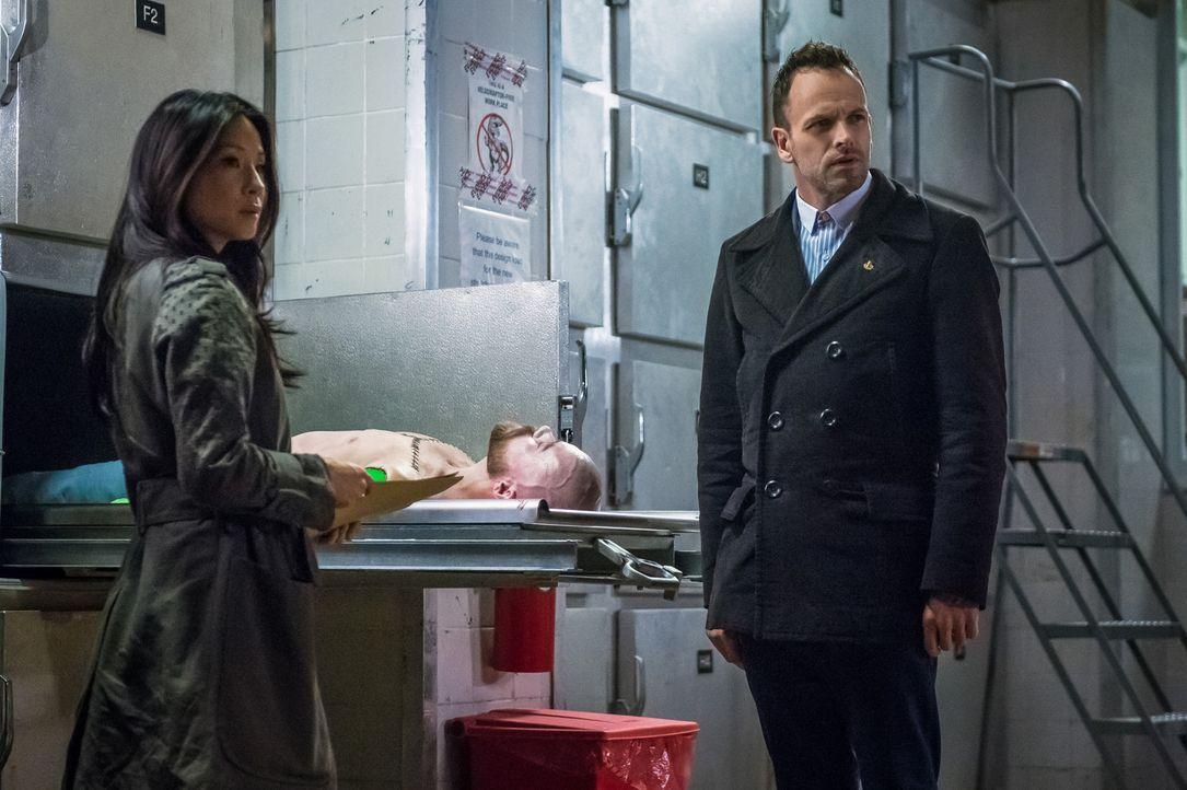 Grausige Entdeckung: Dem Toten, dessen Mörder Watson (Lucy Liu, l.) und Holmes (Jonny Lee Miller, r.) finden müssen, wurden in der Leichenhalle beid... - Bildquelle: CBS Television