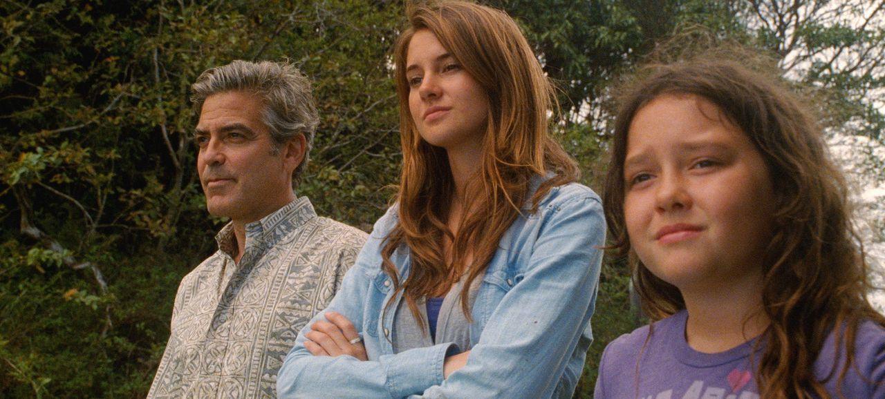 Zu seinen Töchtern, der 10-jährigen Scottie (Amara Miller, r.) und der 17-jährigen Alexandra (Shailene Woodley, M.), hat Anwalt Matt King (George Cl... - Bildquelle: 2011 Twentieth Century Fox Film Corporation. All rights reserved.