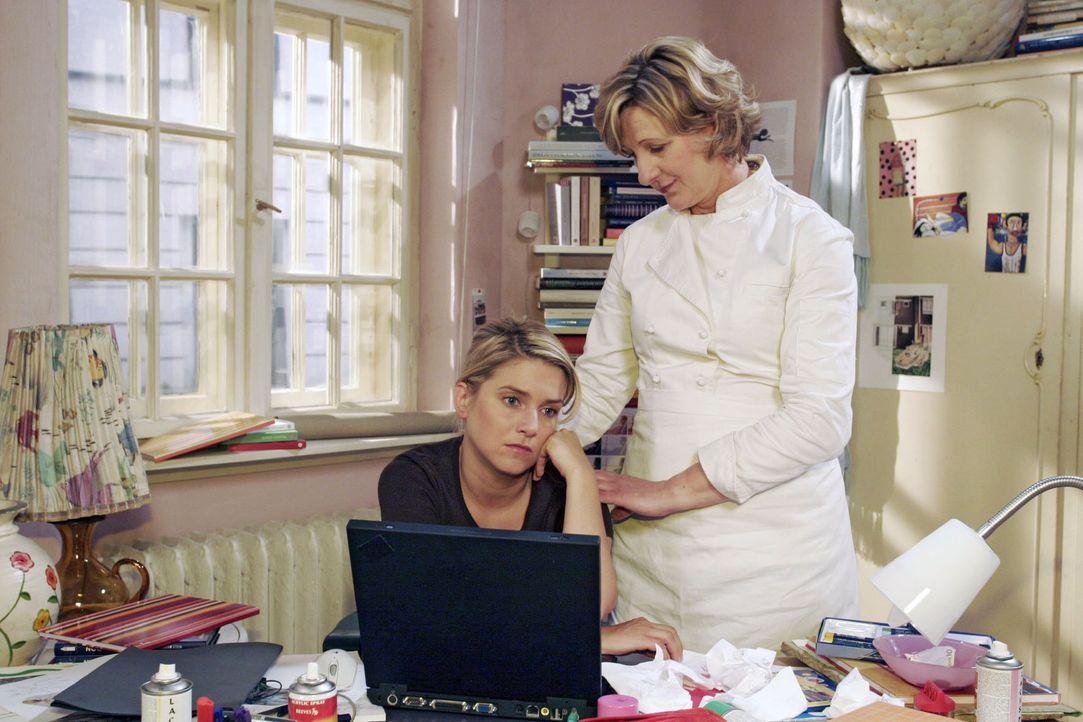 Susanne (Heike Jonca, r.) versucht Anna (Jeanette Biedermann, l.) mit einem Jobangebot im Schreibwarenladen aufzuheitern.