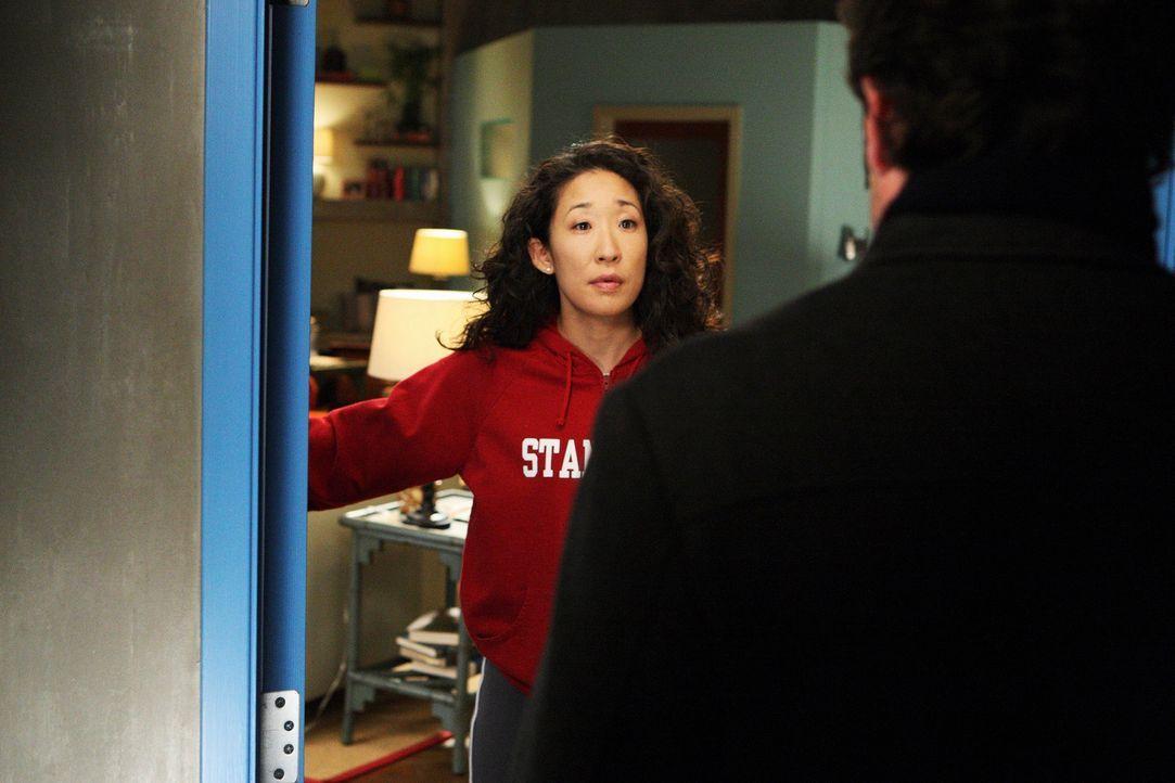 Während Izzie weiterhin von Denny aufgesucht wird, plant Derek (Patrick Dempsey, r.), Meredith einen Heiratsantrag zu machen und bittet Cristina (S... - Bildquelle: Touchstone Television