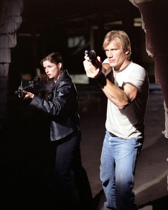 Ausgerechnet an dem Tag, an dem ihr Kollege (Dolph Lundgren, r.), der sie anlernen soll, umgebracht werden soll, beginnt Billies (Polly Shannon, l.)... - Bildquelle: Nu-Image Films