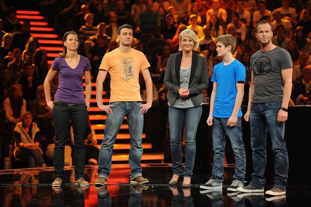 """""""Die perfekte Minute"""": Ulla Kock am Brink (M.) mit ihren Kandidaten Carmen (l.) und Kay Höfflin (2.v.l.) und Moritz (2.v.r.) und Karl-Heinz Frey (r... - Bildquelle: Frank Hempel SAT.1"""