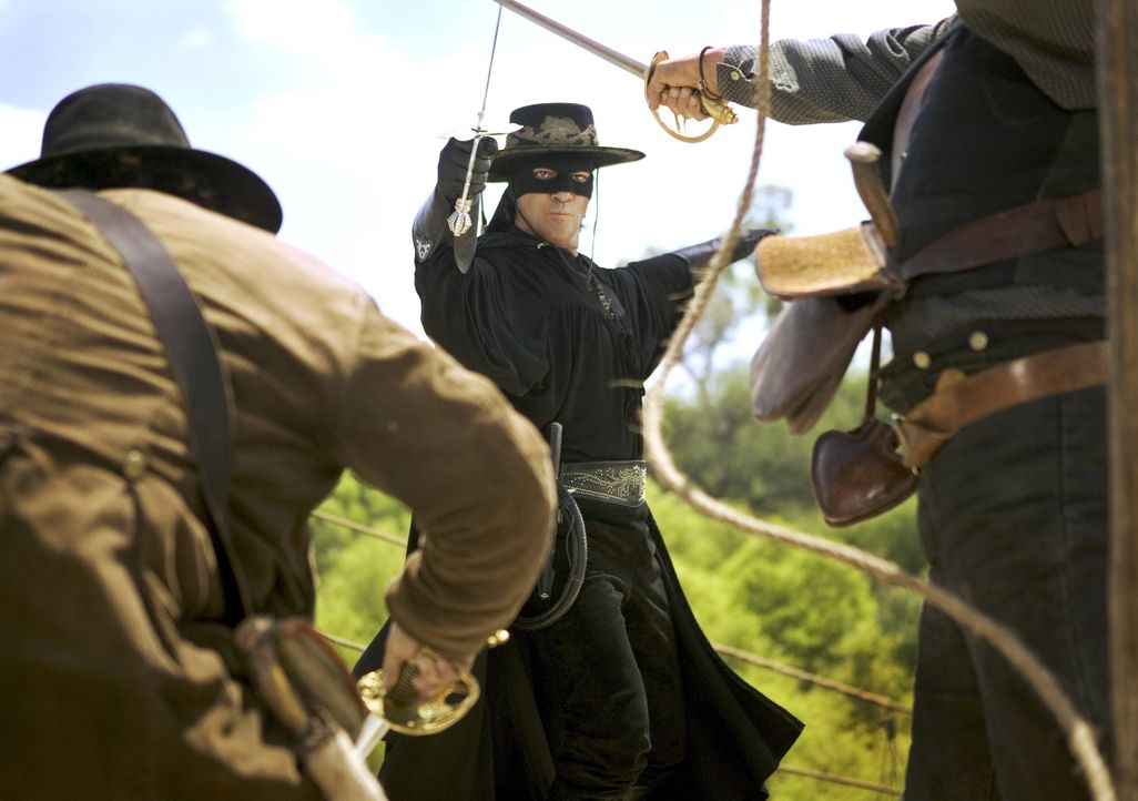 En Garde, Muchachos! Zorro (Antonio Banderas, M.), der Rächer der Entrechteten, ist zurück! Im Jahr 1850 steht Kalifornien kurz davor, zum 31. Bun... - Bildquelle: Sony Pictures Television International. All Rights Reserved.