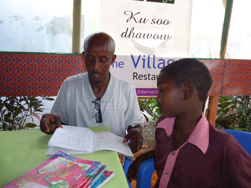 """""""Unreported World"""" Reporter Aidan Hartley reist nach Mogadishu, um sich dort mit dem Koch Ahmed (l.) zu treffen, der ihm Einblicke in sein gefährlic... - Bildquelle: Quicksilver Media"""