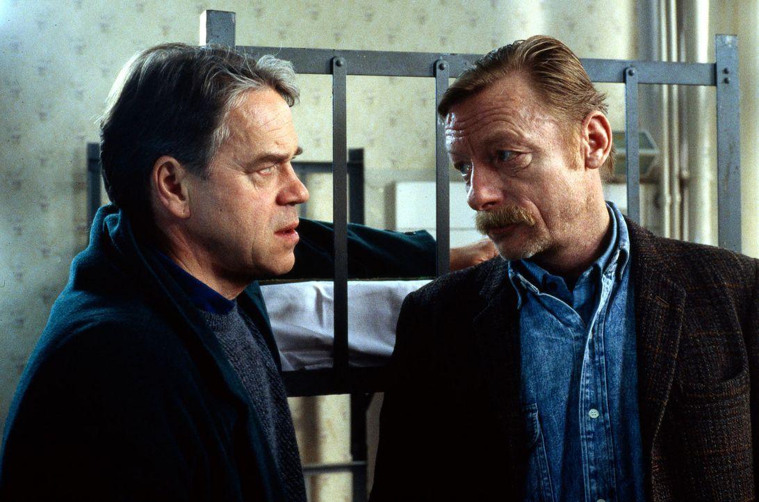 Der Mord an einem Obdachlosen bereitet Kommissar Wolff (Jürgen Heinrich, l.) Kopfzerbrechen. Doch gleich zu Beginn seiner Recherchen bekommt Wolff... - Bildquelle: Alfred Raschke Sat.1