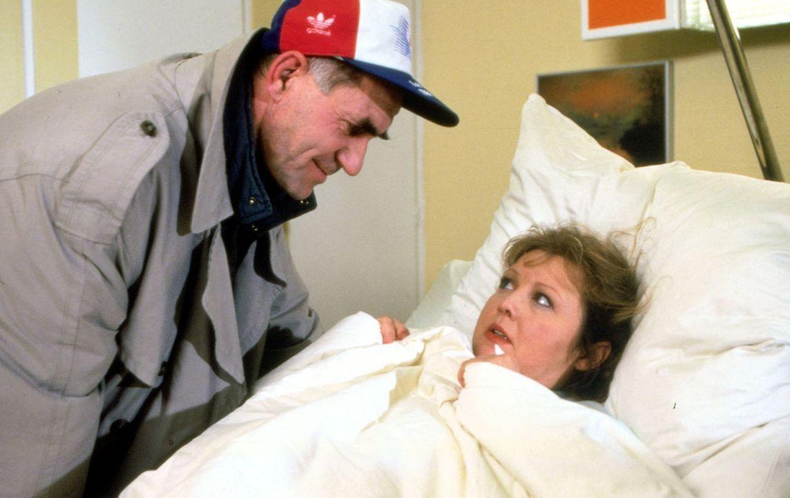 Jutta Vogler (Franziska Troegner, r.) wird nach einem Selbstmordversuch in die Klinik eingeliefert. Niemand weiß, vor was sie eigentlich davonläuf... - Bildquelle: Noreen Flynn Sat.1